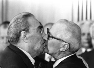 honecker brezhnev kiss | Art-Pie